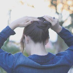 女人轻松扎美发